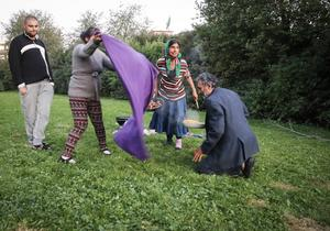 Emil och Emilia Dimu står för matlagningen och deras dotter Nadia Dimu och hennes man Spiridon Jonel Liviu kommer och bredder ut picknickfilten. De säger att de kom med tåget till Östersund för tre veckor sedan och är här för att spela dragspel och tigga. För att, som de säger, försöka tjäna ihop pengar till barnen och barnbarnen i Rumänien.