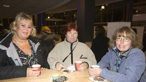 HELT RÄTT. Anita Olsson, Therese Nylund och Catrin Stenehäll, som jobbar inom hemtjänsten och vikariejouren, såg fram emot en rolig kväll med bra musik. De tycker att kommunen gör helt rätt som bjuder sina anställda på lite underhållning i samband med en medarbetarträff.