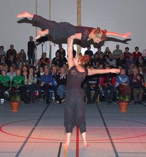 Akrobatik. Sofia och Rebecka imponerade på åskådarna med sitt cirkusnummer.