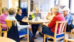 Vi är övertygade om att ett seniorcentrum skulle kunna innebära ett förebyggande arbete och bli en lönsam investering om det utformas på rätt sätt – och då kan det inte enbart vara en träfflokal, skriver sex företrädare för Miljöpartiet. Foto: Anna Nilsson.