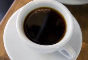 """Eva Gefvert Nordell tycker att man ska prova kaffet svart innan man häller i mjölk och socker. """"Tycker man att kaffet smakar bra med mjölk och socker ska man ta det, men inte av slentrian"""", säger hon.Foto: Ulrika Andersson"""