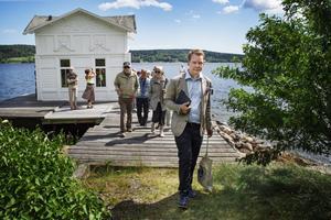 Nils-Johan Tjärnlund vill sprida kunskap om Petersviks kulturhistoriska värde. Här framför Villa Kaptensuddens kallbadhus.