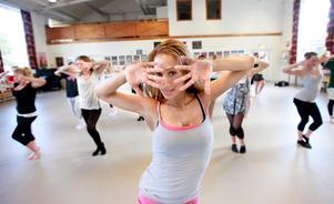 Showdans. Proffsdansaren Isatu Randle har världen som arbetsfält. Men någon gång om året brukar hon återvända hem till Liz Helgoson och hennes balettskola för att träna och inspirera nya elever. Här dansar hon med balettskolans tonårselever.