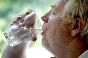 Det är viktigt att dricka i värmen. Framför allt barn och äldre slarvar med det.