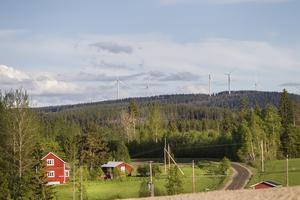 Många närboende klagar på buller från Svartvallsbergets vindkraftpark. Nu måste den köra på största nedsatt effekt på obestämd framtid.