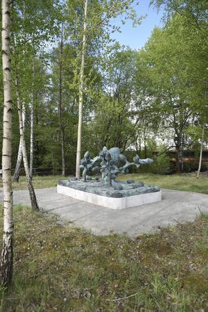 Ernst Billgrens skulptur går att se i utkanten av miljonprogramsområdet Norrby i Borås. Pressbild.