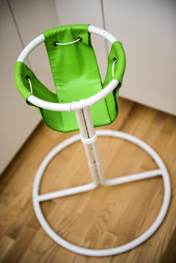 En vitgrön 1970-talsbarnstol från Ikea.