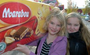 Adina Kvarnlöv och Emma Frisk hade lyckan med sig på chokladhjulet.