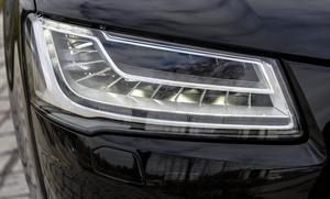 Hel- och halvljus växlas automatiskt och led-strålkastarna bländar bara av så mycket som behövs för att inte störa andra trafikanter. Helljuset fortsätter att lysa runt omkring. Genialt, men kostar 29 200 kronor extra.