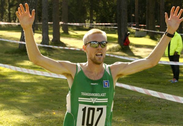 Rasmus Grelsson höll sällskap nästan hela loppet med Simon Jörgensen. I spurten var Trångsvikenlöparen klart starkast.