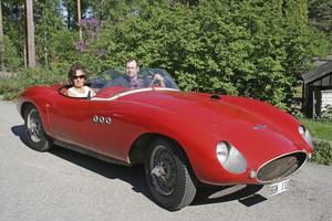 GLASFIBERBIL. Erik Lundgren gjöt av en Ferrari på 50-talet innan han växlade om till skotrar och båtar. På årets marknad finns en av dessa bilar att beskåda.