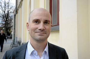 Rasmus Persson (C): – Sluta se människor som offer och åtgärda de systemfel som finns i dag. Nyckeln till integration ligger i utbildning och jobb. Vi vill ge alla rätt till grundskolestudier samtidigt som man får försörjningsstöd och sen yrkesutbildningar där språket för ditt kommande yrke står i fokus. Gör det enklare att starta företag för människor som vill det.