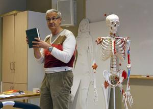 Allmänläkaren Benkt Åbom föreläste om latinet i sjukvården. Eleverna fick bland annat öva på skelettbenens latinska namn.