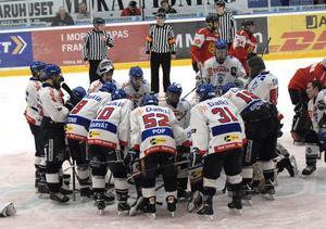 Tjeckerna samlades efter matchen och firade segern över Mora.
