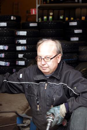 Mikael Björkqvist byter däck på drygt 20 bilar om dagen när det är säsong.
