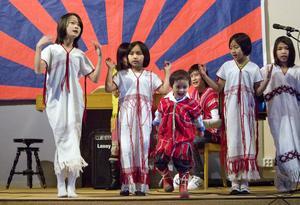 En grupp med unga sångare underhöll under nyårsfirandet i Baptistkyrkan.
