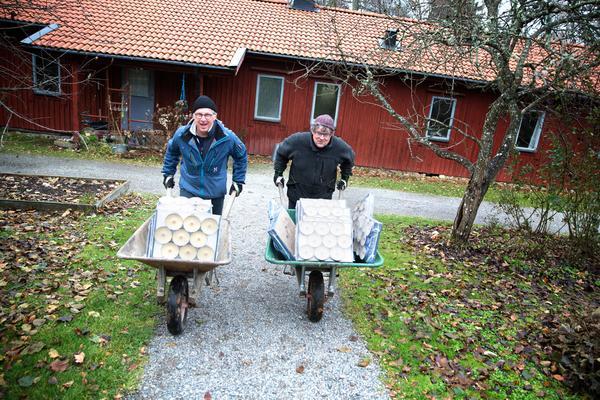 Konstnärerna Bengt Ahlin och Ulf Wagner laddar med stora lass marschaller inför ljusfesten i Ytterjärna.