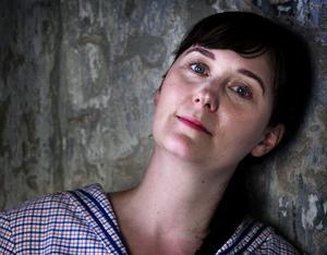 Helena Blomqvist är född och uppvuxen i Smedjebacken. I dag bor och arbetar hon i Stockholm.
