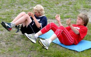 Det är inte bara skoj och lek. Vill man vara bra skidåkare gäller det att träna hårt. Gustav Nystedt och Carl Andersson, 12 år, kämpar med situpsen.