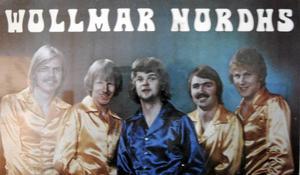 Ett tidstypiskt och 70-talsdoftande orkesterfoto på Wollmar Nordhs med Wollmar själv i mitten.