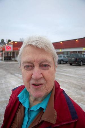 """""""Det behövs två affärer helt klart. Det har ju gått bra för dem. Och hade de fått rabatterna så hade de lättare klarat sig"""", säger Gun Persson."""