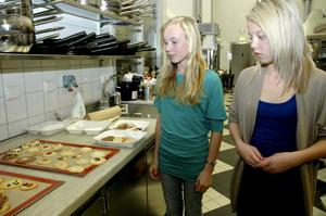 Ebba Simensen, till vänster ock Kajsa Alfredsson bakade mer än en plåt med kakor.