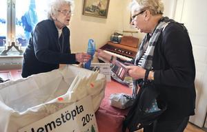 Vera Crantz, 93, säljer ljus stöpta av kyrkans ljusstumpar till Elvi Arvidsson.