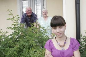 Sedan Lena Glebova var fem år gammal har hon kommit till Sverige från Ryssland på somrarna. I sommar bor hon hos Tage och Kerstin Nordin som var de som ordnade så att tio barnhemsbarn kunde komma till sommarfamiljer i Sverige på 90-talet.