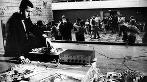 Disko modell 1966. I stora salen på Skiljebo har det dansats en och annan foxtrot och bugg. Men där finns också en 35 mm-projektor och en stor scen.