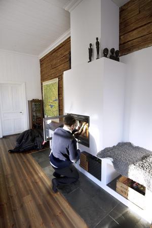 Den gamla kaminen från skoltiden gick inte att använda så Fredrik ritade och byggde upp en öppen spis i lättbetongblock.
