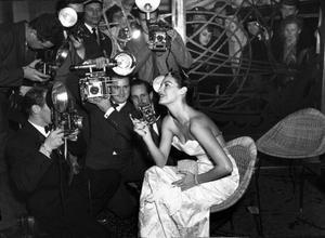 Ava Gardner uppvaktades av ett stort pressuppbåd när hon kom till Stockholm i december 1954. Det sägs att hon sommaren därpå gjorde en ny Sverigeresa och då också besökte Dvärsätt i Jämtland, men uppgiften är svår att få bekräftad. Foto: Scanpix
