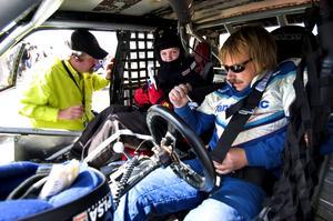 Så lagom kaxig. Fastspänd från fyra håll i en galet snabb bil, med en motor som aldrig blivit provkörd och en chaufför vid namn Knasen. Foto:Johan Larsson