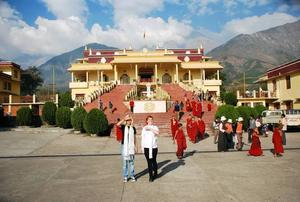 Nyvälsignade. Amanda Hedblom och Anna Lindroth står tillsammans utanför Karmapa                                            tempel efter att ha blivit välsignade av buddismens tredje högsta lama. Foto: Privat