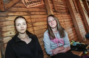 Gunnel Sundvik, Rötviken och Sara Lundholm, Laxsjö, väntar på nästa dans.