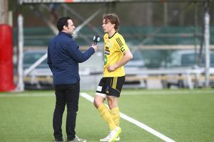 Söderhamns FF:s Fredrik Stenberg intervjuas efter den första halvleken i derbyt mot Hudiksvalls FF.