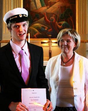 Joacim Sundström fick motta Elföretagens stipendium av Heidi Sundelin, Hjalmar Strömerskolan.Foto: Johan Karlsson