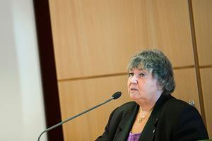 Kommunalrådet Elisabet Lassen och ett 30-tal företagare är kritiska mot uteblivna infrastruktursatsningar.