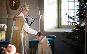 Biskop Johan Dalman och Hölö-Mörkö församlings nya kyrkoherde, Åsa Lindgren.