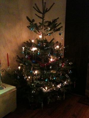 Här är våran fina julgran som hela familjen har varit med och dekorerat.Julstämning? Jajjemän.. :)