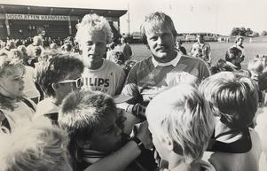 När Anders Grönhagen gjorde sin första sejour som tränare för GIF Sundsvall värvade han sin gamle landslagskompis Ronnie Hellström till klubben, för att vakta målet i den allsvenska serieavslutningen 1988. Det var tre år efter att den här bilden togs, i sommarmånaden juli 1985.