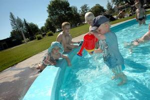 BLIR KVAR. Den lilla barnpoolen blir kvar utomhus när badet byggs ini. Här leker Aaron Warodell, Sanna Skytt, Joel Skytt och Viktoria Nordström.
