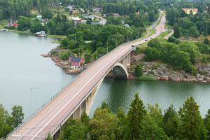 Ålands skärgård är väl försörjd med broar och färjor.