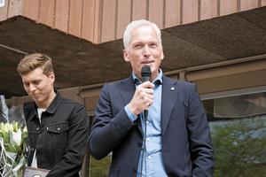 Victor Nilsson Lindelöf och Svenska Fotbollförbundets generalsekreterare Håkan Sjöstrand.