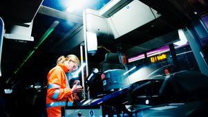 Utbyte av biljettsystemen på länstrafikens bussar. Jocke Hallqvist monterar nya kortläsare.