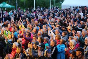Det är många som vill se Doug Seegers. I publiken i Hede folkpark finns runt 2500 personer.