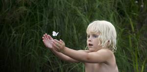 Förtrollad av något litet men så fascinerande för ett barn.