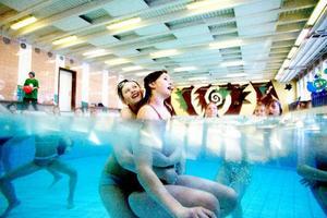 Att fjärdeklassarna på Friggaskolan tycker det är roligt att bada är det ingen tvekan om.   Foto: Henrik Flygare