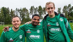 Glada efter matchen på Hökåsens IP.  Kristoffer Pianadei, Erik Sörengård och Erik Törnblom i Romfartuna United.