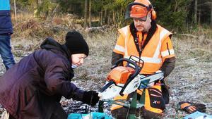 Mats Hallqvist, tidigare svensk mästare i motorsågskörning, handledde grenen som handlade om precisionsfällning av träd.