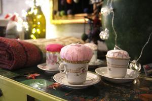 Delimakarna är en del av det sociala företaget Textilmakarnas verksamhet, och därför säljer man också lite av Textilmakarnas saker i kaféet.